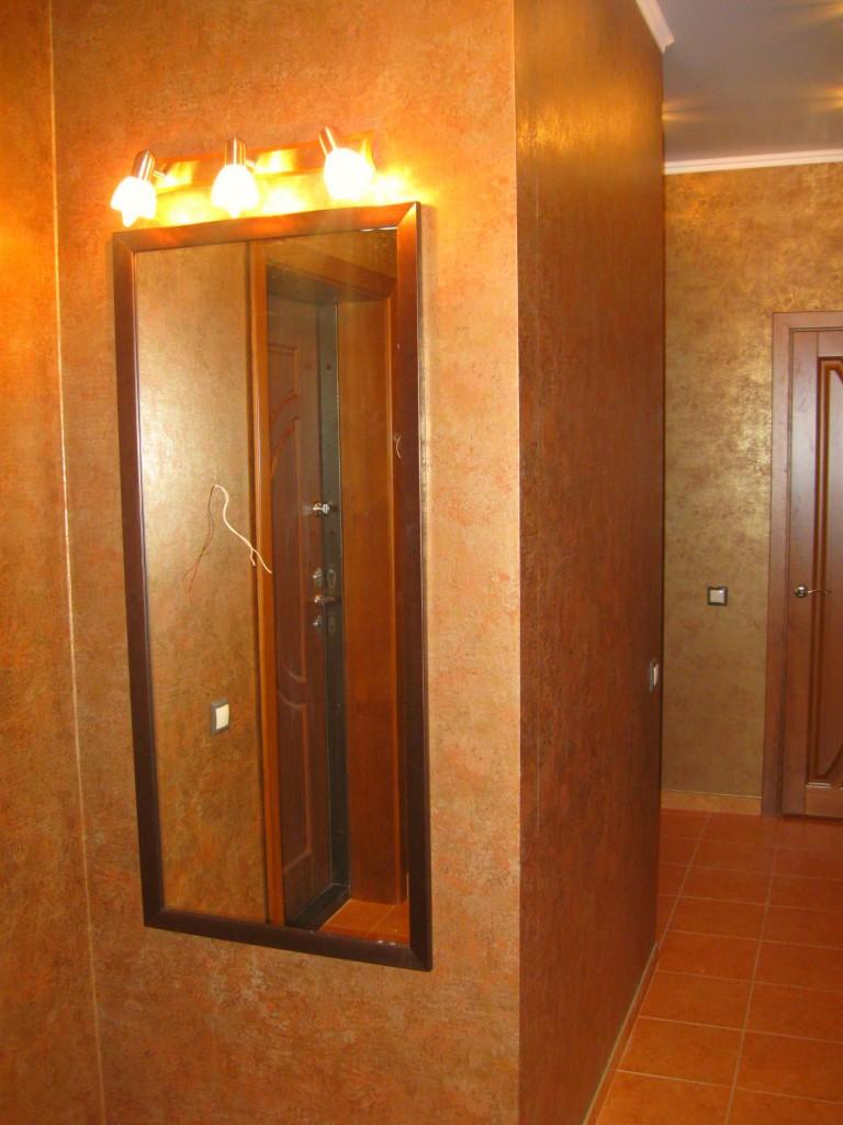 Зеркало и светильник в коридоре