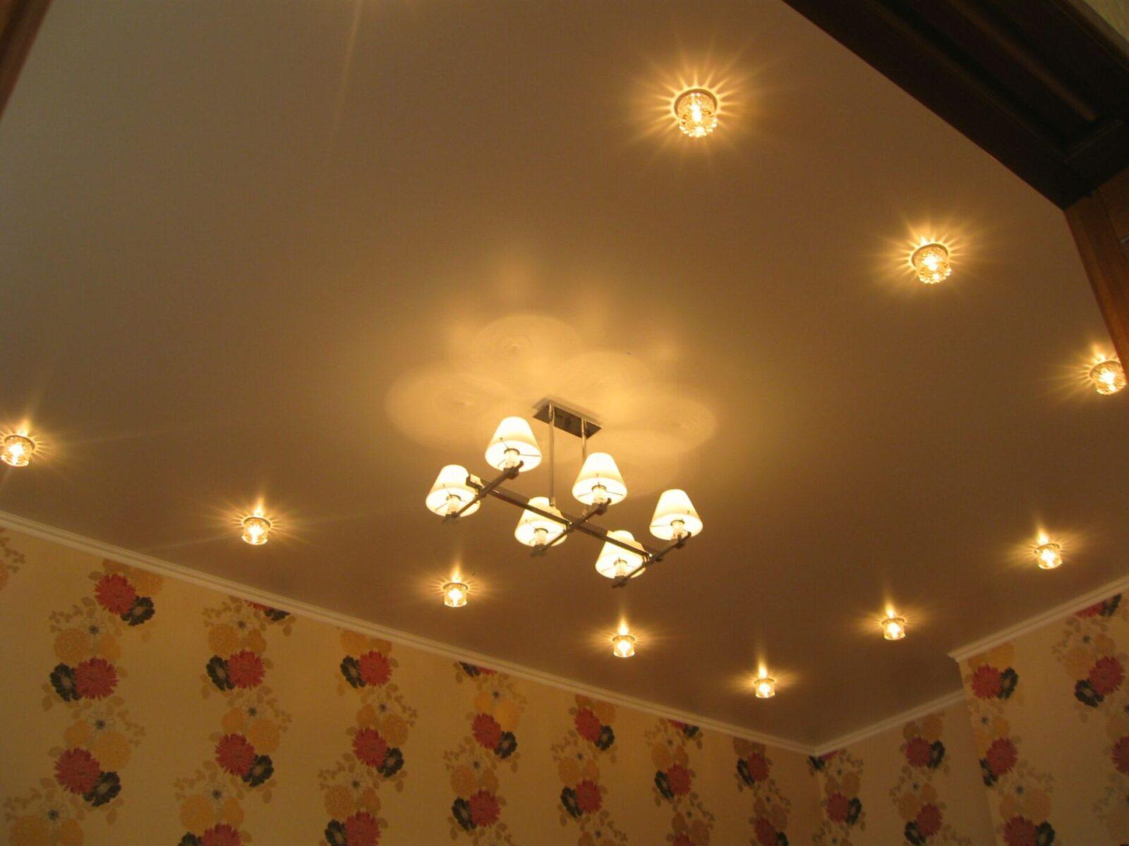 Натяжной потолок в зале со светильниками