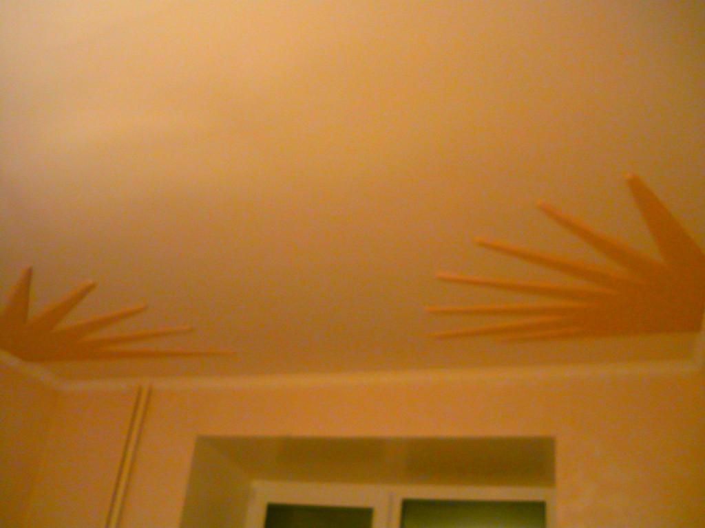 Декоротивный элемент из гипсокартона на потолке в спальне