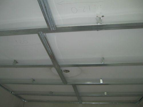 Установка профиля на потолок