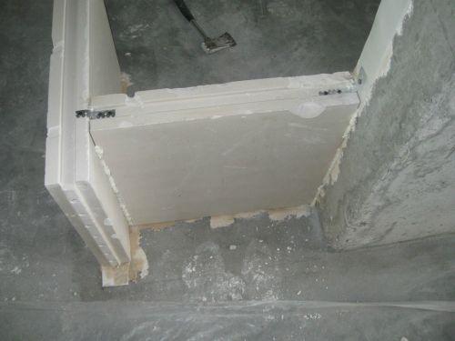 Крепим блоки  пазогребневых плит на подвес прпямой