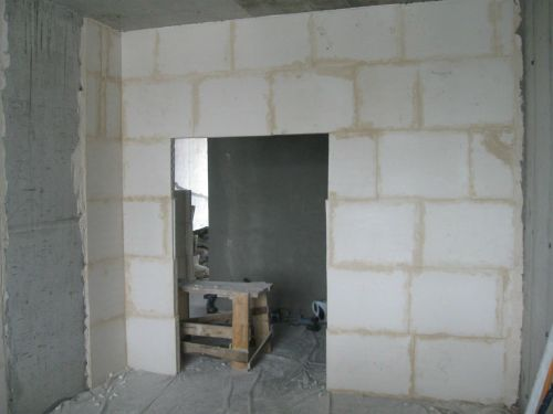 Стена из пазогребневых плит и проем под дверь