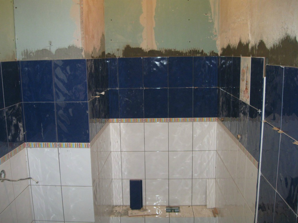 Клеим кафель в ванной комнате