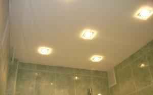 Потолок из гипсокартона в ванне