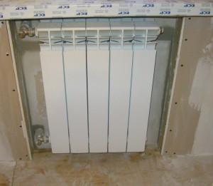 Наживляем радиатор и ждем когда пена или клей схватятся.