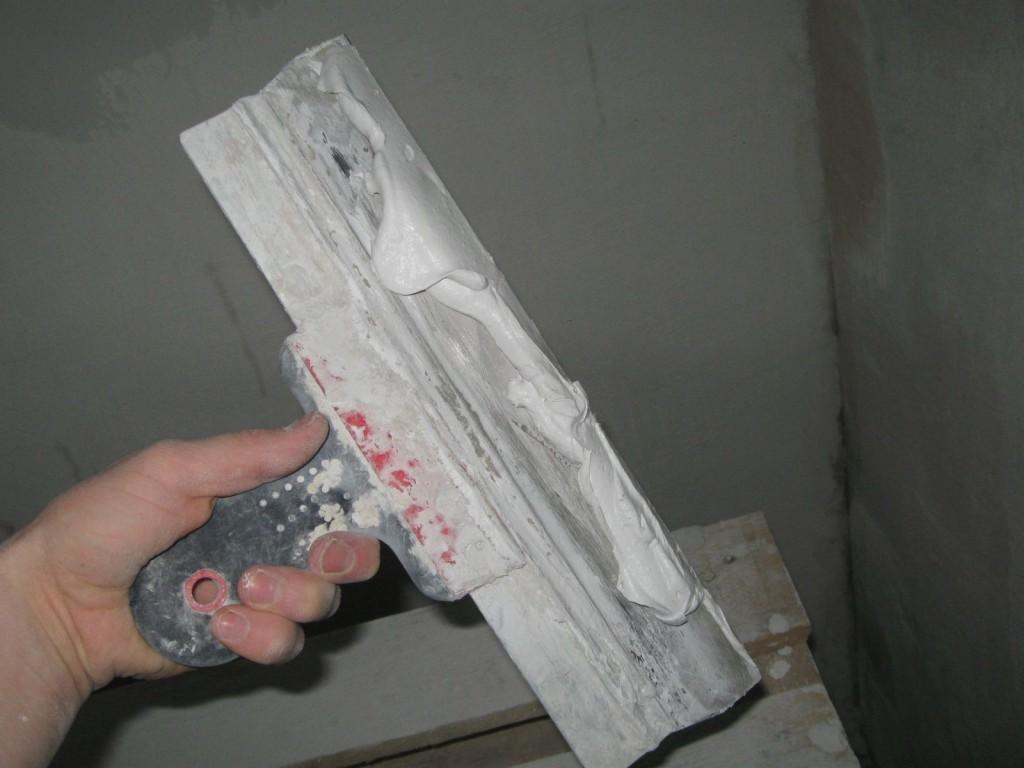 Распологаем раствор по рабочей поверхности у края шпателя.