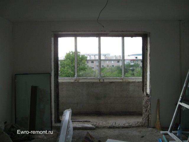 Вид из зала на балкон после выноса стены и окна.