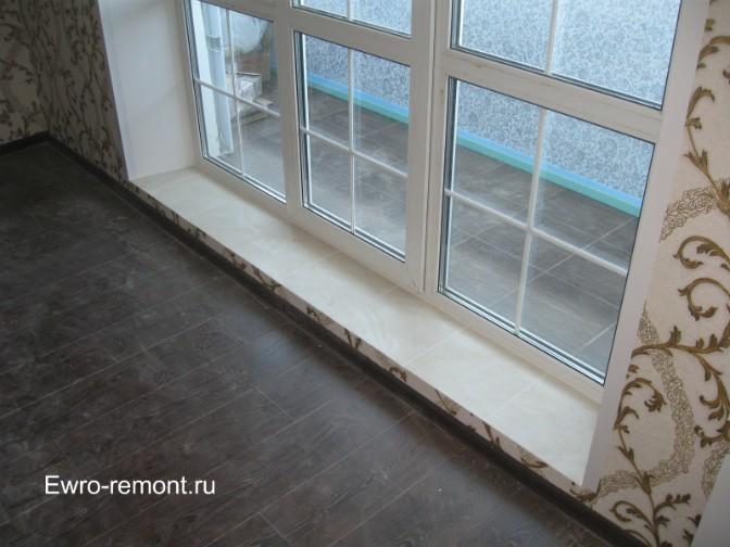 На подиум возле Французского окна наклеен кафель белого цвета, в цвет откосов