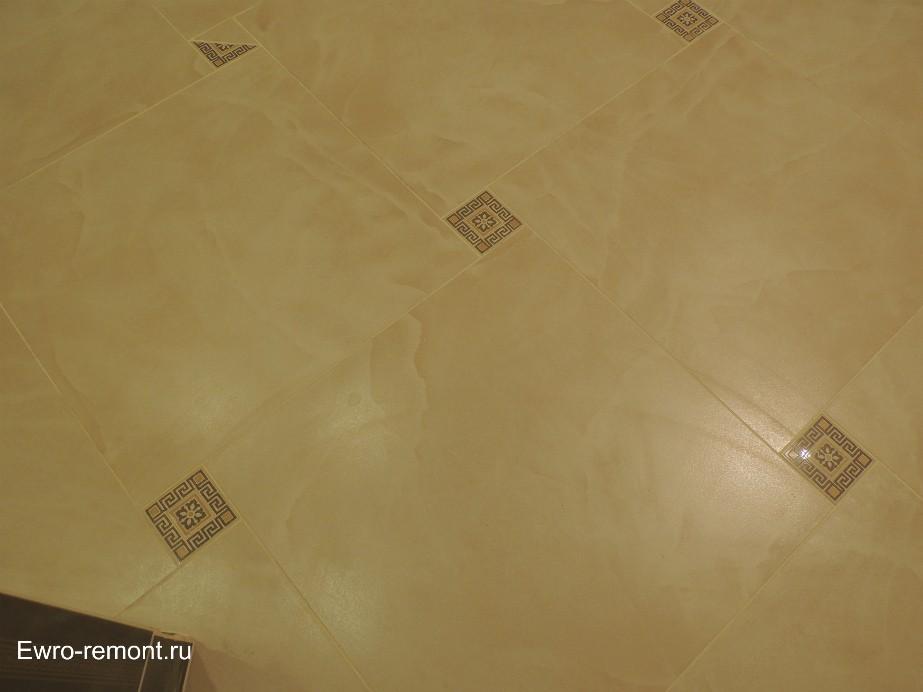 Керамогранит на полу с вставками.