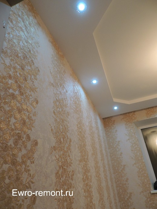 В комнате потолок с конструкцией из гипсокартона с 6 точечными светильниками
