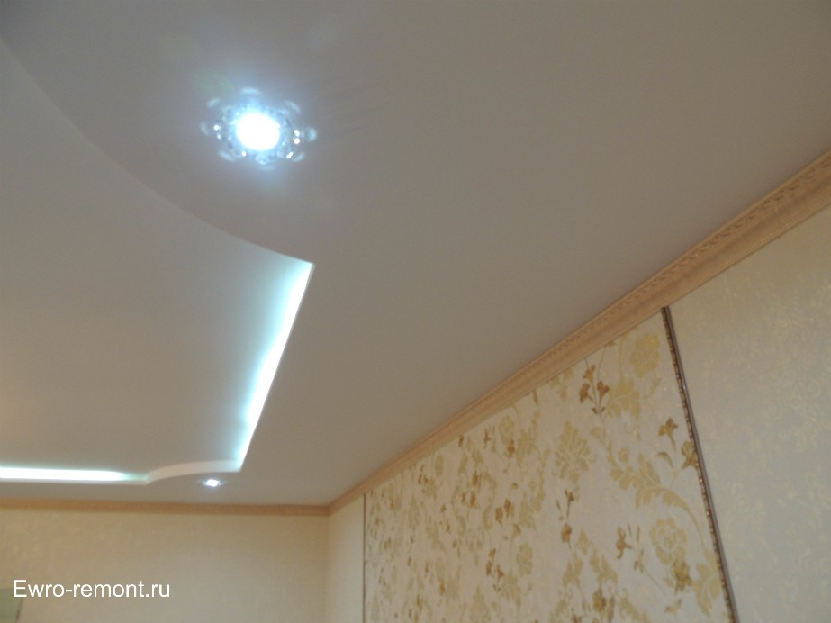 По углам в потолке точечные светильники