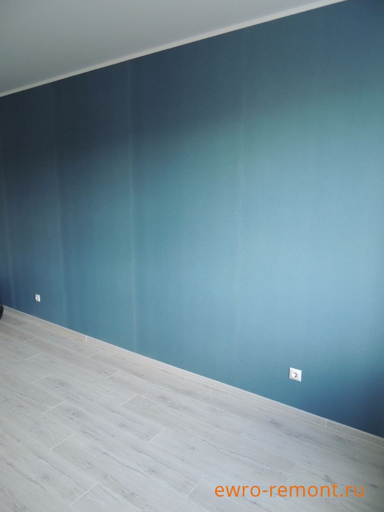 На стенах наклеены обои цвета балтийской волны