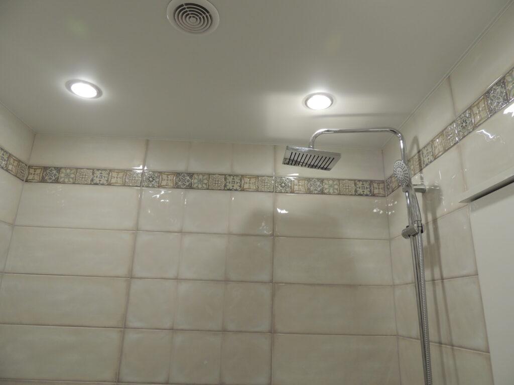 Декоративные вставки у потолка в ванной комнате