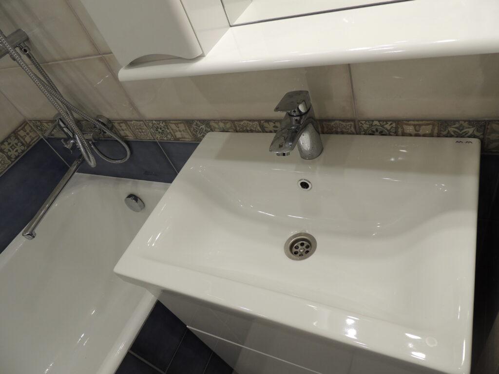 Мойка в маленькой ванной комнате