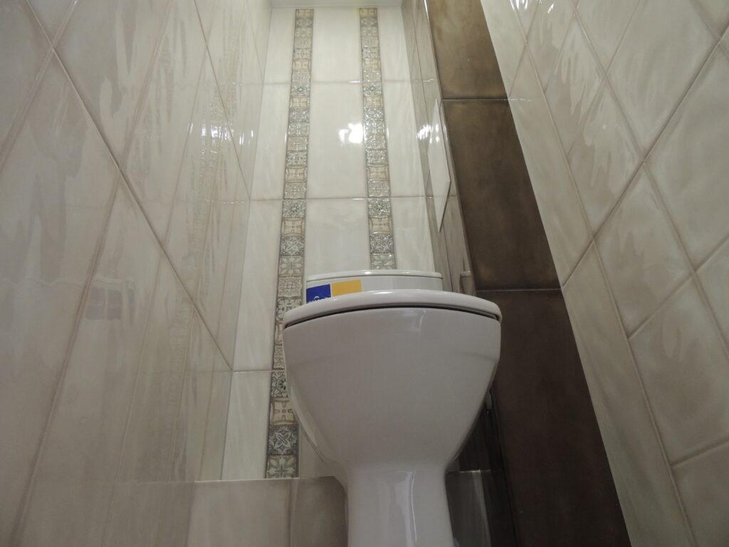Дизайн плитки и декоративные элементы в туалете