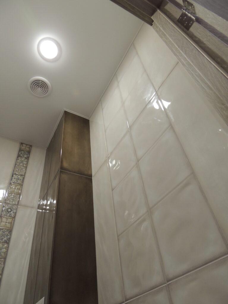 На потолке в туалете один точечный светильник и решётка на вытяжку