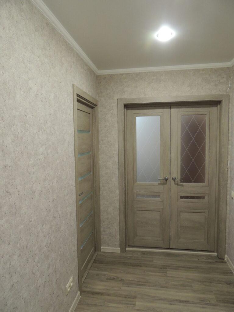 Плитка ПВХ наклеенная на пол в коридоре
