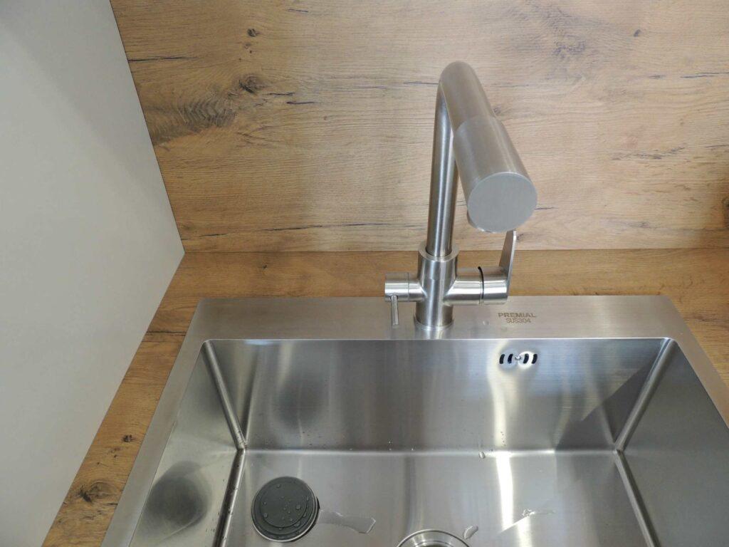 Встроенная кухонная мойка со смесителем