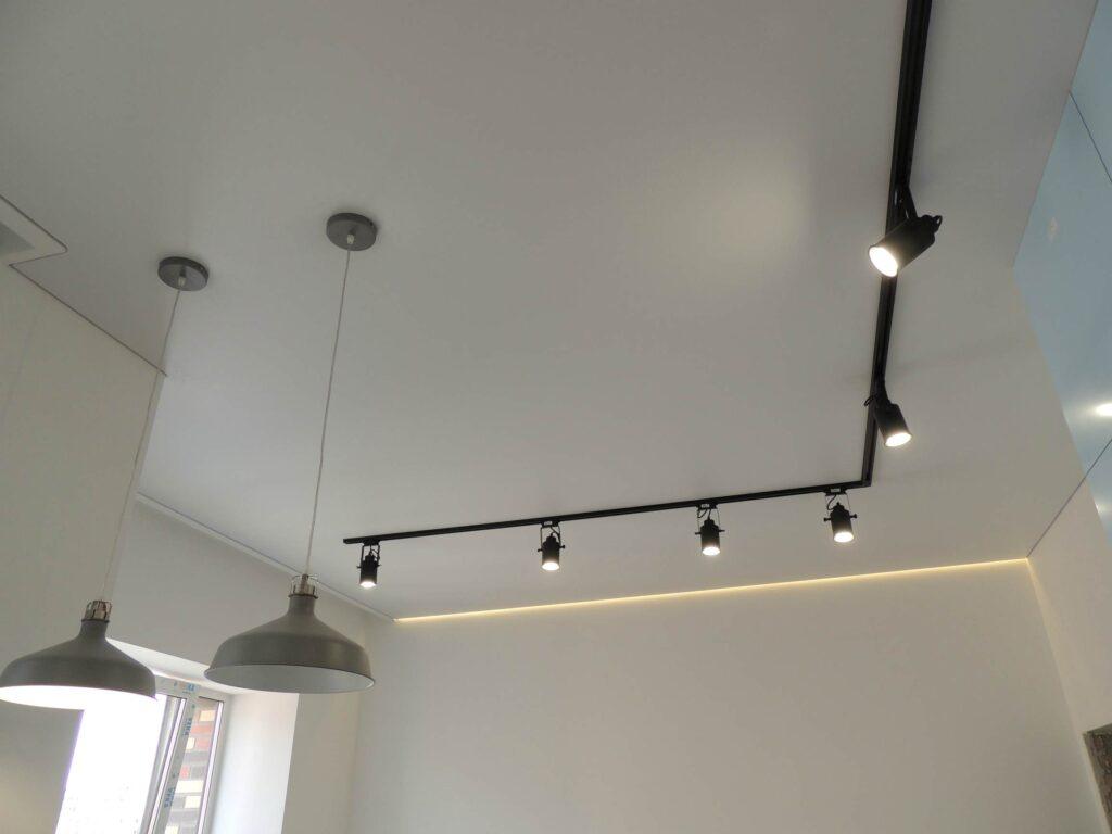 Натяжной потолок на кухне с подсветкой и трековым светильником. Город Абакан