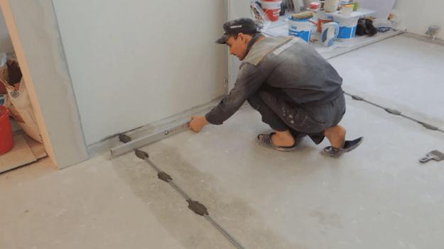 Процесс установки и выравнивания маяков для ванночек