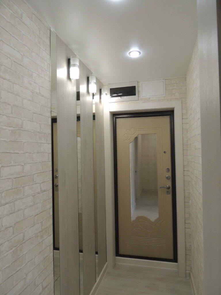 Плитка пвх наклеена на стены в  коридоре