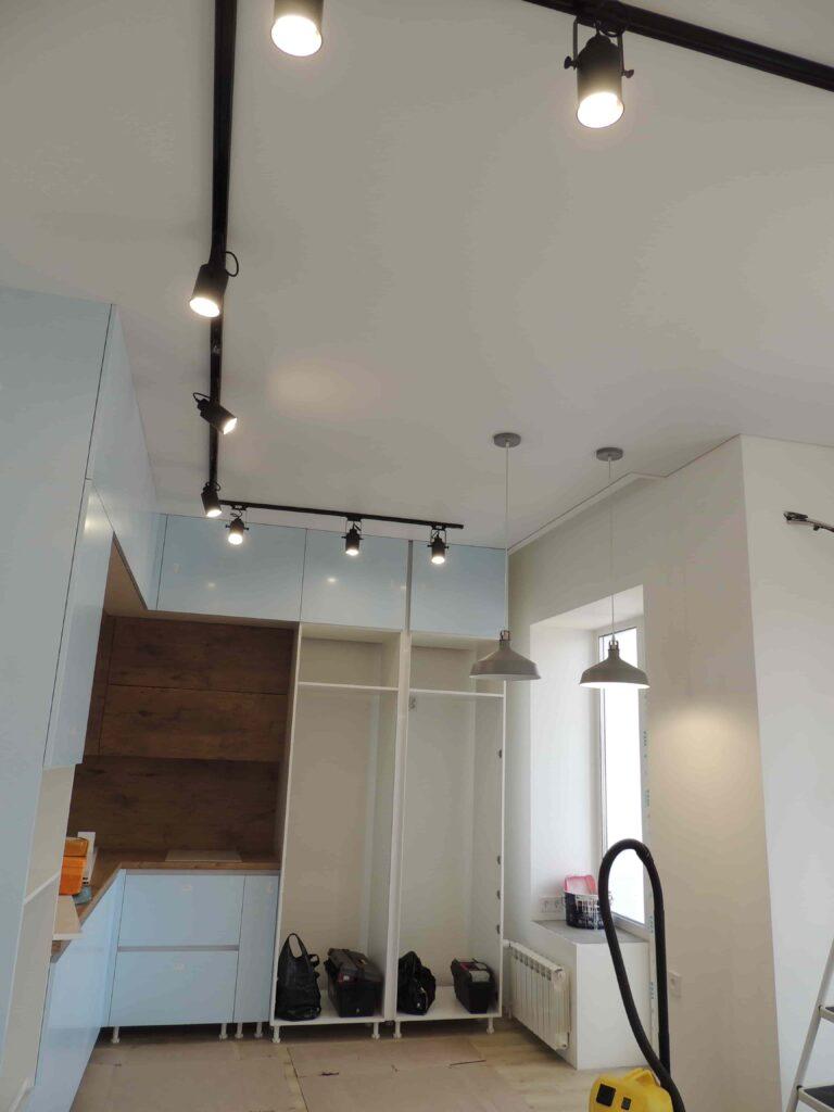 Натяжной потолок с трековыми светильниками на кухне