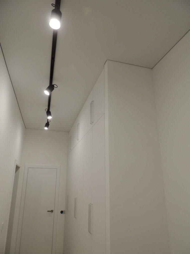 Чёрный трековый светильник в коридоре
