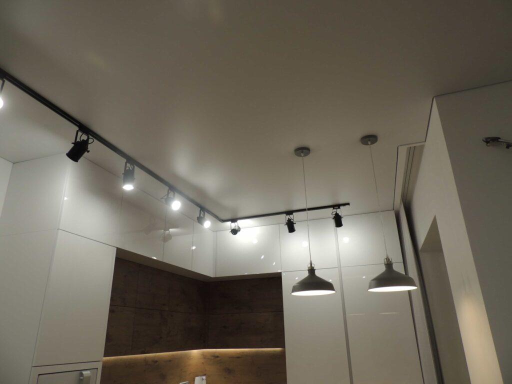 Скрытый карниз и натяжной потолок на кухне
