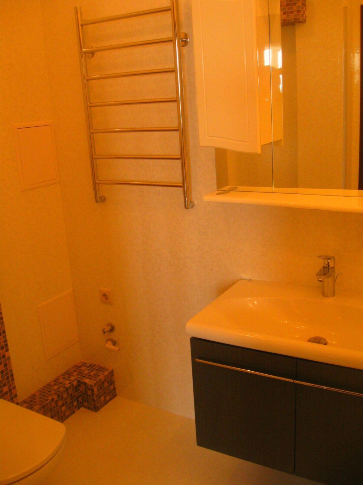 Светлый кафель в ванной
