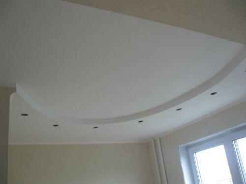 Криволинейный потолок с подсветкой на кухне