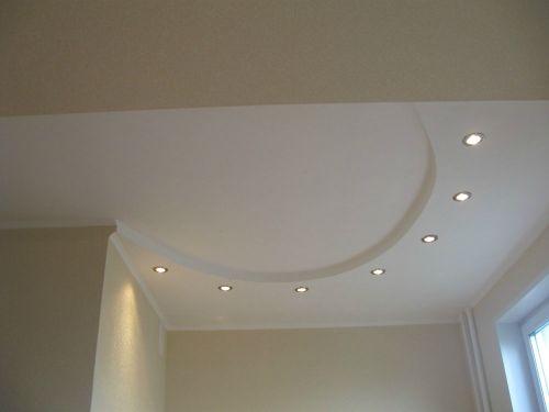 Криволинейный потолок на кухне .