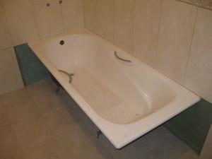 Устанавливаем  ванну на ножки