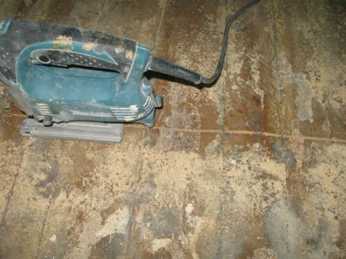 Saws floor boards with a jigsaw