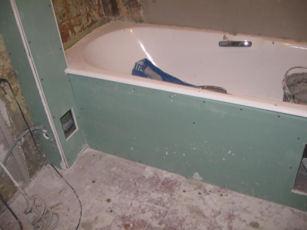 Соединяем короб под ванну и короб закрывающий трубы полотенцесушителя.