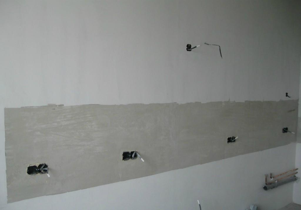 Зашпатлеванная кухня (темная часть -место где будет клеиться кафель под фартук)