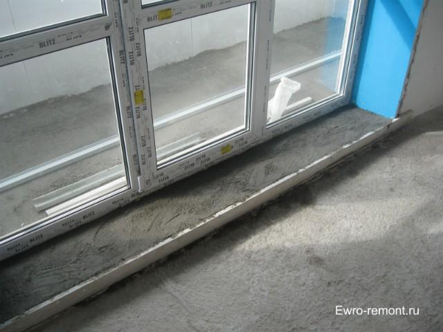 Установив в зале французское окно подливаем пол