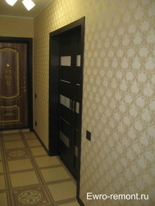 Светлый кафель и светлые обои в коридоре