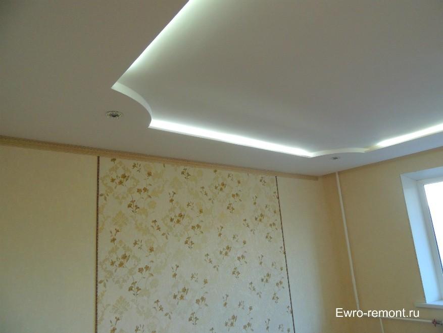 Точечные светильники в потолке из гипсокартона выключены, включена только внутренняя подсветка дюролайт.