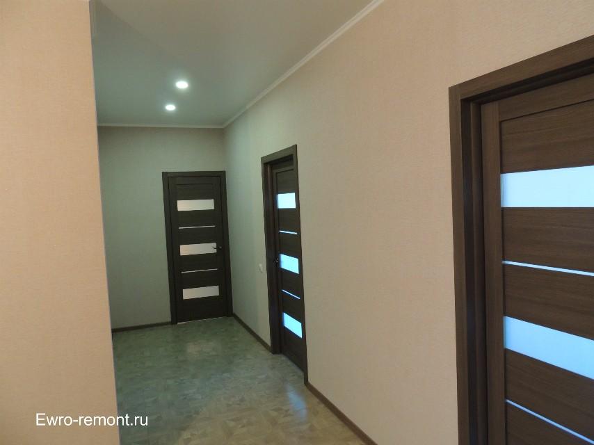 светлые обои тёмные двери в коридоре