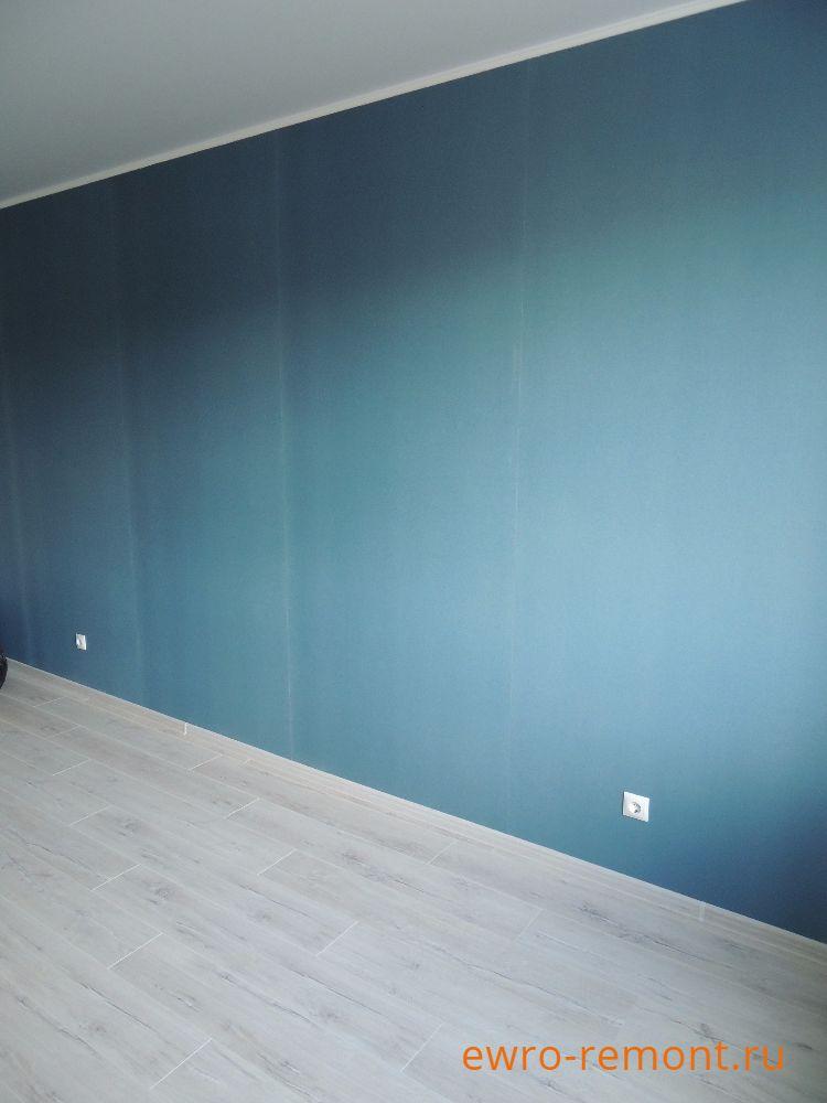 обои синего цвета в комнате