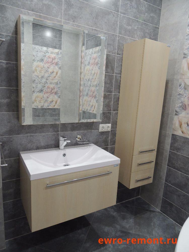подвесная раковина и зеркало в ванной