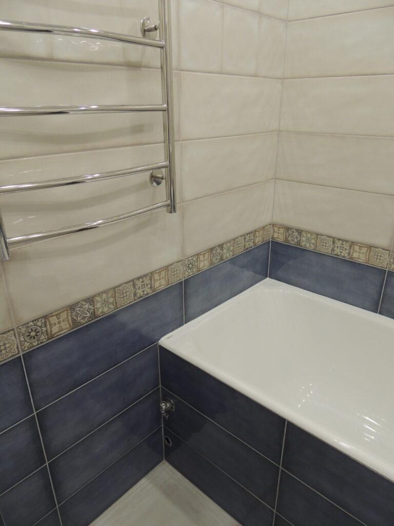 Экран для чугунной ванны из гипсокартона в плитке. Место под установку стиральной машинки