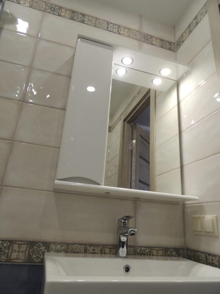 Подсветка зеркала в ванной комнате. Мойка и смеситель в ванной