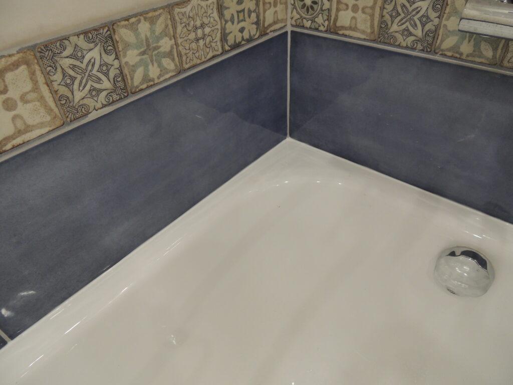 Край ванны и плитки засиликонен