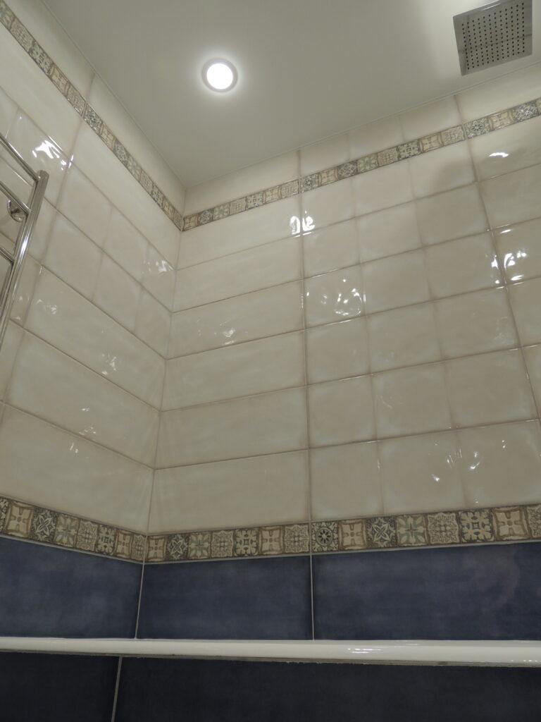 Внутренний угол в ванной комнате оклеенный плиткой