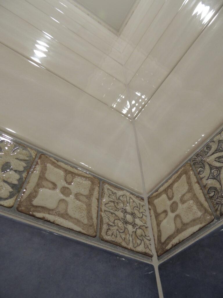 Красивый внутренний угол в плитке. Ремонт санузла