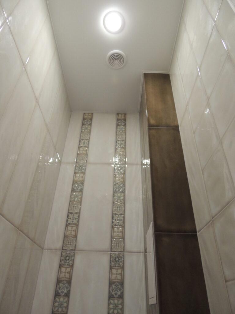 Трубы в туалете зашиты гипсокартоном и оклеены плиткой