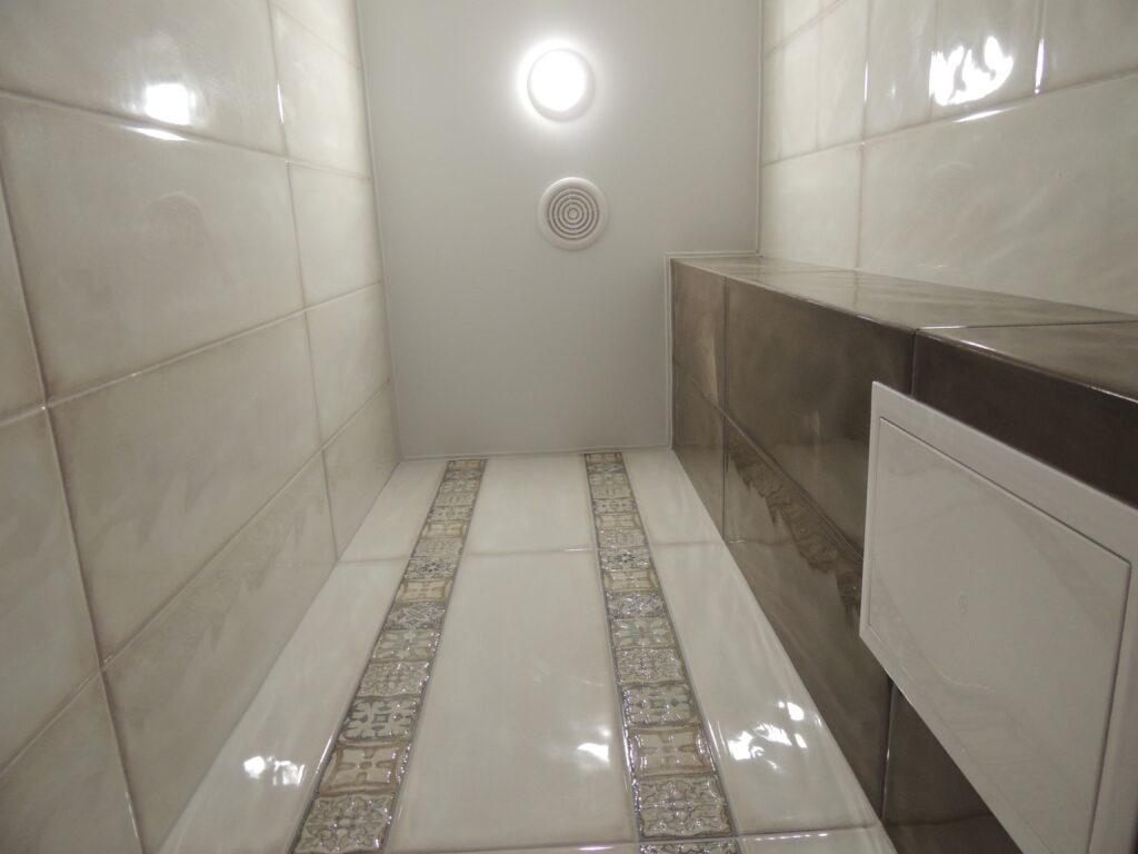 Стояки зашитые в короб из гипсокартона и оклеены плиткой