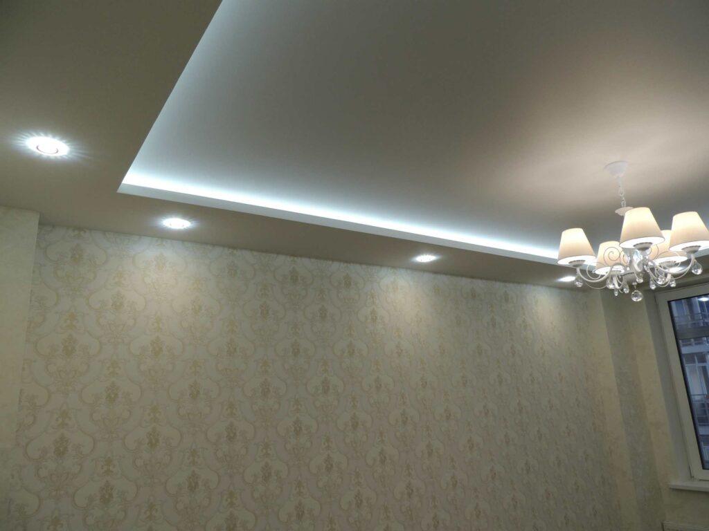 Потолок с подсветкой и светильниками в спальне.jpg