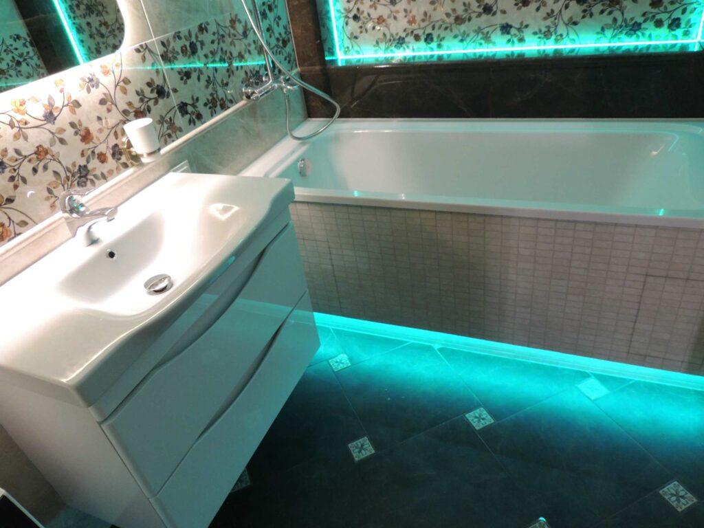 подсветка RGB под экраном ванны и на стене.jpg